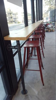 Bar Made with 1 Iron Pipe and Solid Wood Top / Industrial Bar - Restaurant design Wood Bar Top, Wooden Bar, Concrete Bar Top, Coffee Shop Design, Cafe Design, Industrial Coffee Shop, Vintage Industrial, Industrial Bars, Window Bars