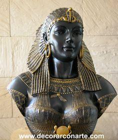 Figura de museo que nos muestra a la Reina Cleopatra.  la figura resalta perfectamente el estilo de vestimenta de las reinas de la antiguedad egipcia.  notamos Muchos accesorios como los grandes aretes que utilizaban y resalta el color dorado que representa el oro, que es el metal principal con el que las prendes eran realizadas.  Vemos el traje, brazaletes, peluca, collar y diademas entre otros muchos detalles del atuendo que acostumbraban a utilizar.
