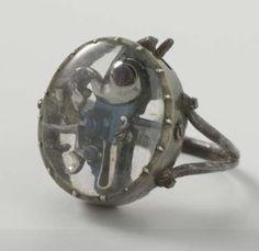 Anillo con una chispa. Este anillo tiene una pequeña chispa, finamente terminada sujeta entre dos piezas de cristal de roca. Su función es desconocida. La pieza probablemente fue hecha por un miembro de la familia del estatúder. Puede haber sido originalmente equipada con un pequeño barril, lo que habría permitido disparar con el anillo. Anónimo, 1650 - 1670