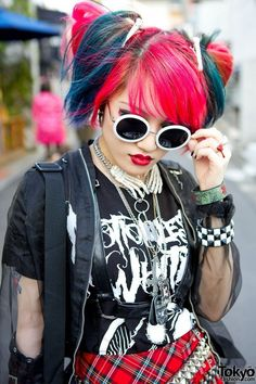 Heart Panic Guitarist in Harajuku w/ Pink-Blue Hair, Plaid, Stripes & Motionless in White Japanese Street Fashion, Tokyo Fashion, Harajuku Fashion, Kawaii Fashion, Punk Fashion, Korean Fashion, Harajuku Girls, Mode Harajuku, Harajuku Style