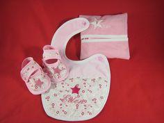 bavoir, lingettes lavables et chaussons personnalisés Baby Shoes, Creations, Kids, Fashion, Clothes Crafts, Gifts, Young Children, Moda, Boys