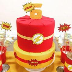 Bolo cenógrafo tema super herói Flash - kit festa infantil Ouro #aniversario #menino #superheroi #flash #amarelo #vermelho #kitfesta #kitfestainfantil #flordeseda #superhero #theflash #boy #birthday #yellow #red #bolo #cake #seis #six