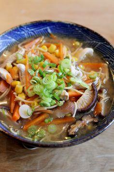 DezeJapanse misosoep met noodles en kip maakten we meteen recept vanMarley Spoon. Lékker! Breng in een flinke kookpan 1 liter water aan de kook. Snijd de shiitake paddenstoelen in dunne plakjes. Mocht je gedroogdeshiitakehebben, week deze dan eerst een kwartiertje in heet water. Pel de knoflook en snijd fijn. Schil de wortel en snijd in … Best Soup Recipes, Ramen Recipes, Asian Recipes, Favorite Recipes, Healthy Recipes, Ethnic Recipes, Homemade Ramen, Albondigas, One Pot Meals
