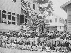De Zinzendorf-school te Paramaribo 1914. Dubbelklik voor meer info.