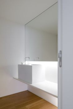 large scale bathroom mirror - João Tiago Aguiar, architects — Apartamento Benfica II