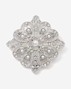 This snowflake pearl broach is the perfect accessory to add simple style to your outfit. Wear it with casual or dressed up looks for a touch of elegance.
