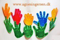 Mødrene i min dagpleje fik disse håndblomster til mors dag. Blomsterne er fra min bog Sjov Med Fødder Og Hænder som jeg udgav i 2013. Klik ind på bloggen og se fremgangmåden: http://agnesingersen.dk/blog/2haandblomster - Easy kids crafts handprint - Kinderbastelideen -