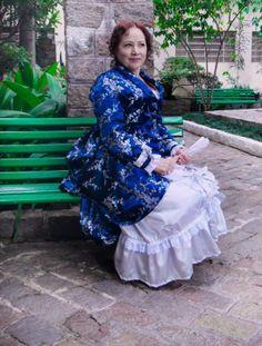 """Vestido com anquinha """"Late Victorian"""", em brocado oriental azul marinho e prata e crepe patu prata com babados e laços.  Underwear: chemise, bloomers, bustle, anágua e corset.  Foto por Rose Steinmetz  Site: http://www.josetteblanchardcorsets.com/ Facebook: https://www.facebook.com/JosetteBlanchardCorsets/ Email: josetteblanchardcorsets@gmail.com josetteblanchardcorsets@hotmail.com"""