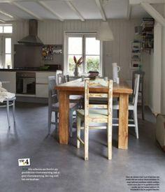 Novilon vinyl n betonlook in combinatie met de grove houten tafel van teakhout.