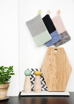 Dřevěný mlýnek na sůl či pepř Mint Design Japonais, Dining Ware, Dining Room, Shops, Hexagon Shape, Interior Photography, Vintage Pearls, Deco Design, Interior Accessories