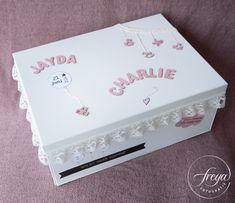 Super leuk newborn cadeau of kraamkado idee - een opbergdoos die lijkt op het geboortekaartje! http://www.freyafotografie.nl/stoere-papa-en-lieve-mama/