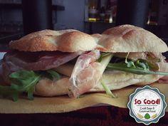 Semplice...mente perfetto! Il panino Special di oggi coniuga i sapori del Sud Tirolo con quelli della Toscana.. la Pancetta di Speck di Heinrich Poder e il Cacio Rosso di Pienza Val d'Orcia.. un letto di rucola croccante, filo d'olio EVO e via.. la bontá è servita! Ovviamente una bella Leo Weisse di Maxlrainer per accompagnarlo!!! Buon appetito:) #sogood #roma #aventino #circomassimo #gourmet #food #panini #sandwiches #sudtirol #toscana #speck #caciorosso #pienza #cheese #rucola #arugola