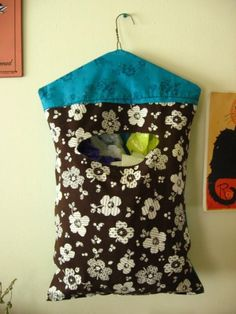 Hanging Plastic Bag Holder- make a little smaller for a clothespin bag. Plastic Bag Dispenser, Plastic Bag Holders, Diy Bag Dispenser, Wire Hanger Crafts, Wire Hangers, Fabric Crafts, Sewing Crafts, Sewing Projects, Wood Projects