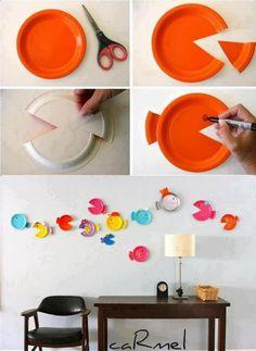 kendin yap plastik tabaktan duvar süsü yapımı : plastik tabakları istediğiniz renklerde ve desenlerde boyadıktan sonra makasla şekil verip çift taraflı bantla duvarınıza asabilirsiniz :)