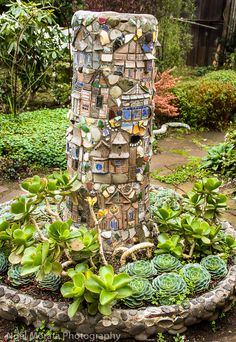 A quirky and fun garden in Mendocino Garden Whimsy, Garden Junk, Mosaic Garden Art, Mosaic Art, Garden Crafts, Garden Projects, Garden Totems, Mosaic Crafts, Mosaic Projects