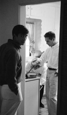 Paul Newman cooking eggs for good pal Anthony Perkins in (Newman's wife Joanne Woodward removes sweet rolls from the oven. Golden Age Of Hollywood, Vintage Hollywood, Hollywood Stars, Classic Hollywood, Hollywood Cinema, Hollywood Icons, Hollywood Glamour, Anthony Perkins, Paul Newman Joanne Woodward