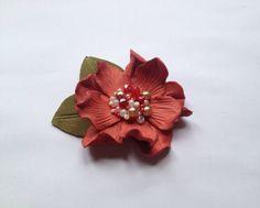 Broche fleur en cuir corail, broche en cuir, broche fleur à la main, mère de la fleur de la mariée, la fleur de la demoiselle d'honneur, la broche fleur