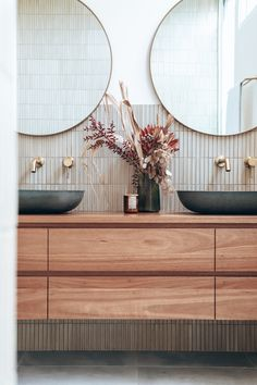 We LOVE an earthy colour palette, especially when it reflects a glimpse of the Australian landscape. ☀️ ⁠ The tones inside this bathroom by @las_palmas_byron are so comforting and serene.  ⁠ 🛒 ABI Featured Products⁠ - Elysian Minimal Mixer and Spout Set in Brushed Brass Bad Inspiration, Bathroom Inspiration, Bathroom Renos, Bathroom Renovations, Modern Room Decor, Home Decor, Beautiful Bathrooms, Bathroom Interior Design, Interiores Design