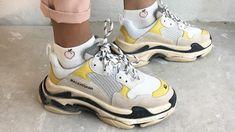 """Αυτά τα sneakers παρέμεναν δημοφιλή στα μεγαλύτερα ηλικιακά γκρουπ για χρόνια μολονότι δεν ήταν στη μόδα και συχνά χαρακτηρίζονταν ως """"άσχημα"""" και τους είχαν κολλήσει το παρατσούκλι """"ugly dad shoes"""". Τώρα φαίνεται πως τα συγκεκριμένα παπούτσια, έχουν επανέλθει στη μόδα και μεγάλοι οίκοι μόδας όπως ο Balenciaga λανσάρουν τέτοια παπούτσια τα οποία έχουν γίνει ανάρπαστα όχι μόνο σε νεαρούς άντρες αλλά και σε γυναίκες. Αν έχετε κόρη ή γιο που σας κορόιδευε για τα αθλητικά σας παπούτσια, απλά δε"""