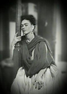 Frida Kahlo, 1945 ~ Photograph by Lola Álvarez Bravo via The Center for Creative Photography, University of Arizona. Diego Rivera, Natalie Clifford Barney, Portraits Victoriens, Fridah Kahlo, Tina Modotti, Frida And Diego, Frida Art, Mexican Artists, Mo S