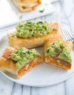 Non una normale tortilla: è il #chimichanga, un piatto tipico della cucina del sud degli Stati Uniti d'America e di alcuni stati del #Messico, a base di riso, formaggio, machaca (carne grigliata saltata in padella con burro, cipolla, peperoncini Jalapeño), pollo e spezie (coriandolo macinato, cumino e paprica). Da servire rigorosamente con salsa guacamole! :) #texmex #recipe