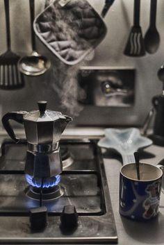 Il profumo del caffè alla mattina è  la seconda cosa che mi fa impazzire. ........dopo quello della tua pelle. Buon giorno Amore