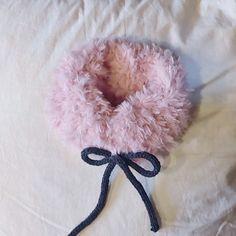 요즘 많이 보이는 목도리 저도 만들어봤어요^^ 밍키실 하나로 완성 7mm대바늘로 16코 잡고 무한겉뜨기후 반... Booties Crochet, Baby Booties, Knit Crochet, Crochet Neck Warmer, Tips & Tricks, Scarf Hat, Baby Art, Yarn Projects, Crochet Flowers