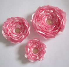 Conjunto de 3 flores de cetim rosa. Podem ser usadas como enfeite de cabelo e/ou broche para enfeitar bolsas, roupas, etc