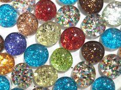 Блестящие стеклянные камни-магниты