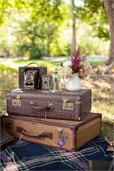 Vintage Decor Rustic - Today I'm sharing ideas to rock vintage suitcases at your wedding, and I'm sure they won't leave you indifferent. Vintage suitcases are a must at a travel-themed wedding, and you can also use them for vintage, retro, . Vintage Suitcases, Vintage Luggage, Vintage Books, Vintage Stuff, Vintage Travel, Wedding Book, Rustic Wedding, Wedding Rings, Wedding Hire