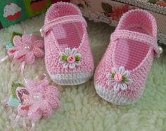 This Pin was discovered by Sve Knit Baby Shoes, Crochet Baby Boots, Crochet Sandals, Booties Crochet, Newborn Crochet, Crochet Shoes, Crochet Slippers, Baby Girl Shoes, Cute Crochet
