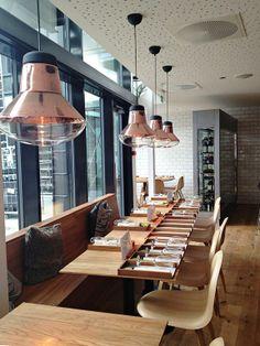 Restaurante en Trondheim ... silla Gubi de Komplot hecha de roble