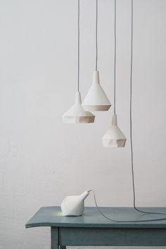 El dúo alemán aust & amelung ha presentado en Milán una colección de mobiliario de líneas sencillas compuesto por un banco, una lámpara de pie y una estantería, y la lámpara like paper, que sorprende por su apariencia de papel.