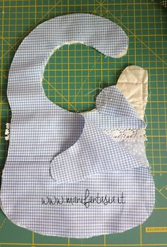 70 New ideas for baby dress sewing products Diy Baby Gifts, Baby Crafts, Baby Bib Tutorial, Baby's First Doll, Baby Life Hacks, Baby Bibs Patterns, Bib Pattern, Free Pattern, Baby Dress Design