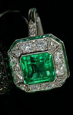 Art Deco ring gezet met smaragd en diamanten in platina. Vooral het zetwerk van de rand gecalibreerd geslepen smaragden verraad de hoge kwaliteit van het werk in deze ring.