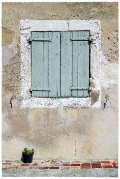 """jarrimimram:""""la petite fenêtre à la plante grasse"""" … sous le soleil de Lauris, en Provence."""