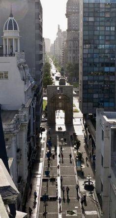 La Peatonal Sarandí y la Puerta de la Ciudadela al fondo.