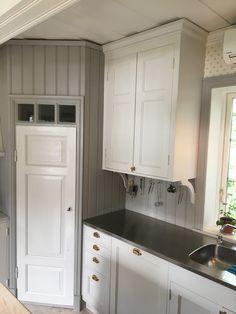 Corner Kitchen Pantry, Kitchen Pantry Storage, Small Space Kitchen, Kitchen Organization, Glass Kitchen, Kitchen Photos, Vintage Kitchen, Home Kitchens, Kitchen Cabinets