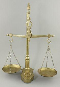 Dekorative Balkenwaage aus Messing mit Gewichtssatz 5 Gewichte im Fuß der Waage eingelassen, alle m — Varia