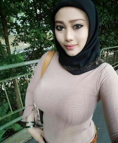 Jilbab Smile: Love it Glamorous Arab Girls Hijab, Girl Hijab, Muslim Girls, Beautiful Hijab Girl, Beautiful Muslim Women, Arab Women, Hijab Chic, Indian Beauty Saree, Stylish Girl