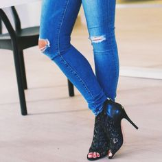 We're loving the Jane Skinny for its fitted silhouette and distressed cool. #RMDENIM