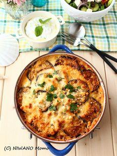 ムサカ (ギリシャ風 なすとミートソースのグラタン) by 庭乃桃 ギリシャ料理の代名詞ともなっているムサカ。ミートソースとベシャメルソース、その2種類のソースと野菜を重ねて焼き上げますが、ラザニアよりもパスタが入っていない分、軽い仕上がりです。お肉よりも、とにかく野菜がおいしいグラタン風の一皿。ご家庭でも本当においしくできますので、ぜひ作ってみてくださいね。