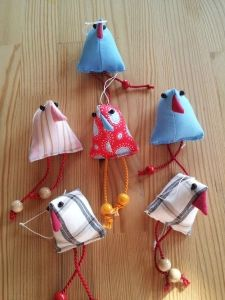 Vögel für Osterstrauch | Anna Anska Christmas Ornaments, Holiday Decor, Anna, Textile Printing, Fabric Remnants, Textiles, Easter Activities, Christmas Jewelry, Christmas Decorations