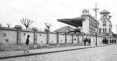 1924 - Fachada do Jockey Club de São Paulo, na Rua Bresser, na Mooca, após ser atingido por bombardeios durante a Revolução de 1924. Fundado em 1875, o Jockey foi o ponto de decolagem do primeiro vôo sem escalas entre São Paulo e Rio de Janeiro, realizado pelo comandante Edu Chaves em 6 de julho de 1914. Em 1941, o clube mudou−se para o bairro de Cidade Jardim.