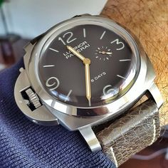 This #Panerai PAM368 limited edition Titanium Destro 8 Days makes me want to be left handed. Pic by my good buddy @soalfb. Don't look now @thewrongwrist but you have some new material. #PaneraiCentral