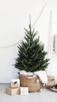 9 Minimalist Christmas Decorations You'll Want to Copy This Year Nachhaltiges Weihnachten<br> Learn how to decorate for Christmas like a minimalist with these simple Christmas decor ideas! Recreate these minimalist Christmas decorations this year! Pretty Christmas Trees, Noel Christmas, Rustic Christmas, Homemade Christmas, White Christmas, Primitive Christmas, Christmas Porch, Outdoor Christmas, Christmas Tables