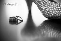 Hermosa foto de los anillos de casamientos con el zapato de la novia. Los detalles hacen únicas a las fotografías de tu casamiento.  Wedding photojournalism & Destination Weddings. Bodas. Getting Ready. Bride. Rings. Argentina. 54fotografia.com