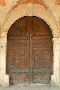 Place des Vosges, Paris, vantaux à panneaux de la porte du n° 23 - Hôtel de Bassompierre — 2) L'hôtel fut rattaché à l'hôtel Richelieu (21, place des Vosges) en 1734. L'ancien hôtel du Cardinal de Richelieu (ou hôtel de Bassompierre) fait l'objet d'un classement au titre des MH depuis le 14 juillet 1920. Cet hôtel se trouve sur le côté N de la place des Vosges, Paris IVe, entre les hôtels du Cardinal de Richelieu et de l'Escalopier. La Rive, Medieval Times, Paris, Old Things, July 14, Brogue Shoe, Montmartre Paris, Paris France, Middle Ages