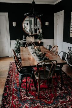 A Modern, Moody, Victorian Home at Christmas - Miranda SchroederYou can find Dream house and more on our website.A Modern, Moody, Victorian Home at Christmas - Miranda Schroeder Home Design, Design Design, Dining Room Design, Design Bedroom, Modern Living Room Design, Warm Dining Room, Men Bedroom, Cozy Bedroom, Dining Rooms