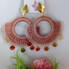 No hay ninguna descripción de la foto disponible. Diy Earrings, Earrings Handmade, Crochet Designs, Crochet Patterns, Crochet Earrings Pattern, Do It Yourself Jewelry, Handmade Jewelry Designs, Bijoux Diy, Bead Weaving